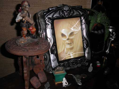 spooky-mirror-tiki-chris